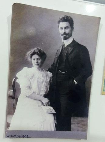 Diese Aufnahme aus dem Jahr 1910 zeigt Julius Hamlet und seine Frau Meta