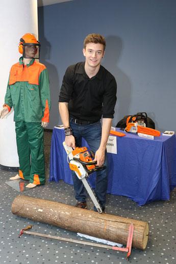 Johannes Meier erhält für seine Measure Saw im Rahmen der iENA eine Goldmedaille als beste Jugenderfindung des Jahres sowie den Ehrenpreis des Bezirkes Mittelfranken.