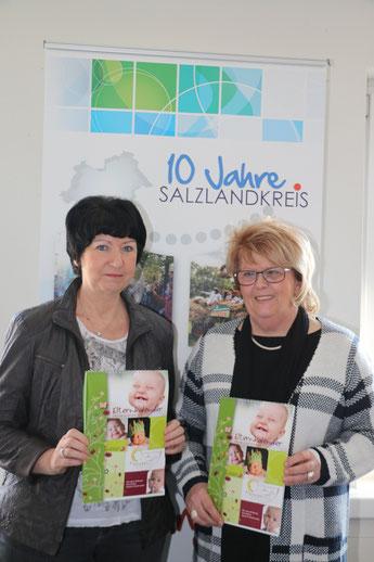Hannelore Peetz und Petra Czuratis stellen den neuen Elternkalender vor.