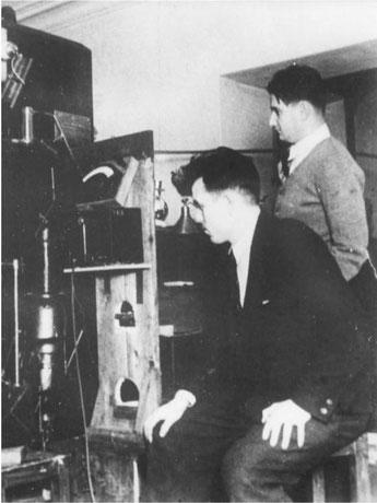 1935 год. 25-летний аспирант Михаил Мещеряков и его научный руководитель 32-летний Игорь Курчатов. Ленинград, Радиевый институт.