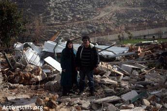 La casa Beit Arabiya con sus dueños después de ser demolida.