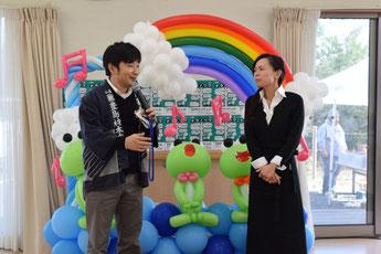 開会の挨拶のあと、今日の出店者の紹介をする佐藤代表(左)と、ガーデンカフェ地蔵庵オーナー高原あかねさん(右)。BalloonArt Nod制作のバルーンアートは「カエルがかわいい」と子どもたちに人気だった