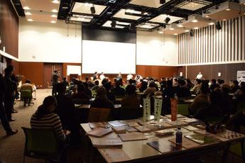 いわき市産業創造館企画展示ホールにて開催された「双葉郡未来会議」。ほぼ満席の会場内は参加者約120名。そのうちの約6割が双葉郡出身者。