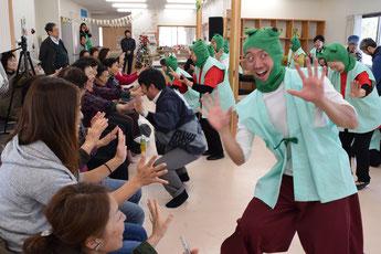 カエル舞踏団のリードで民謡を踊る。「ケロケロケー」のかけ声と共に、会場が笑いでいっぱいに