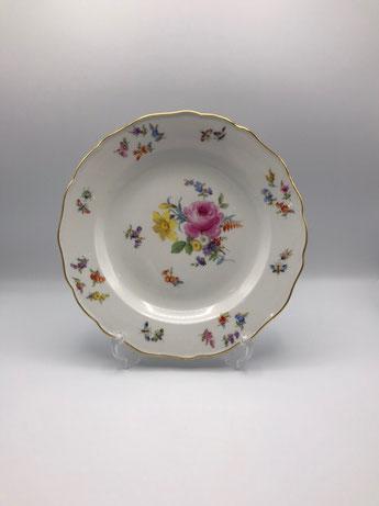 1880年代作成のマイセンの24.5センチのプレート。テーブルに並ぶとマイセンが好きな人やアンティークの大好きな人には輝いて見えるのではないでしょうか。カップ&ソーサーも同じ年代の同シリーズを使用。お花に囲まれたランチとティーをお楽しみください♪