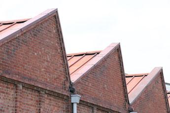 桐生の観光資源、赤レンガと三角屋根の織物工場写真。