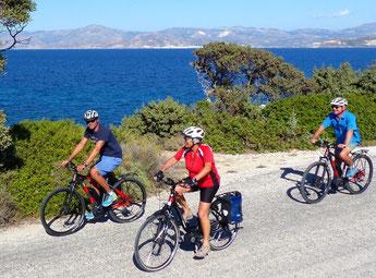 Seit neuestem bietet Slow-Trekking-Spezialist Hauser Exkursionen geführte E-Bike-Touren auf den griechischen Kykladen an. / Foto: Hauser Exkursionen/Peter Schibberges