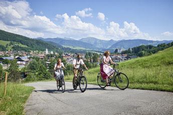Die Gegend rund um Oberstaufen ist sowohl bei Genussradlern als auch ambitionierten Bikern beliebt – relaxen und übernachten können sie im Hotel Allgäu Sonne. / Foto: Oberstaufen Tourismus Marketing GmbH