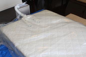 ベッドマットレスクリーニングの仕上げに50~60度の温風で乾かします。