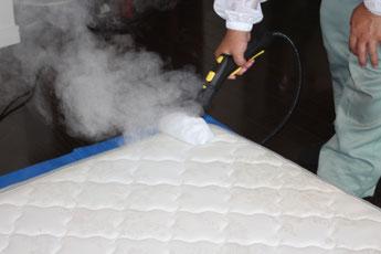 ベッドマットレスの表面を吐出温度100度のスチームで殺菌します。