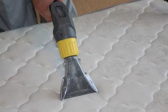 専用リンサーを使用してベッドマットレス表面を水洗いクリーニングをおこないます。