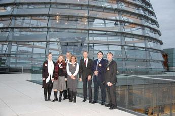 Vor der Reichstagskuppel (v.l.n.r.): Anna-Theresa Kröber, Dr. jur. Gwendolyn Gemke, Dr. med. Nikolaus Seeber, Antje Schwandt, Michael Gillner, Dr. med. Gerd Kautz, Reinhard Gansel (Foto: ArtMedia)