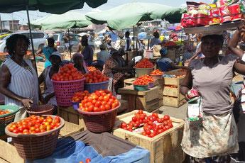 Lokale Ware oder Import? Tomatenverkauf auf einem Markt in Ghanas Hauptstadt Accra