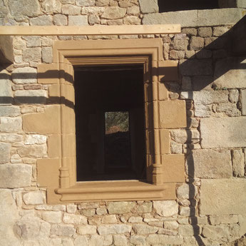reprise complète de l'ouverture avec application d'une patine chaux/terre (encore fraîche...) pour vieillir la pierre