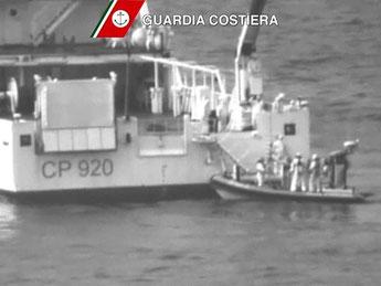 Die «Gregoretti» der italienischen Küstenwache ist auf der Suche nach Überlebenden. Foto: Italian Coast Guard