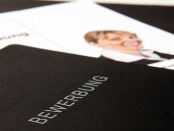 In Staaten wie Kanada sind Bilder aus Gründen der Chancengleichheit bei Bewerbungen bereits verboten, sagte die Siemens-Personalchefin. Foto: Sophie Mono/Symbolbild