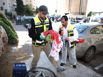 Israelische Rettungskräfte erreichen den Unglücksort in Jerusalem. Foto: Abir Sultan