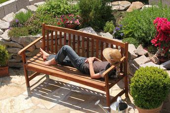 Auf der Bank in der Sonne liegen und das Leben genießen. © Marina Lohrbach - Fotolia.com