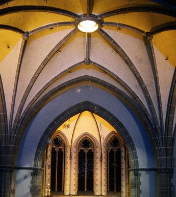 Dankeskirche Bad Nauheim, Innenraum, Blick auf Schallöffnung des Fernwerks der Orgel