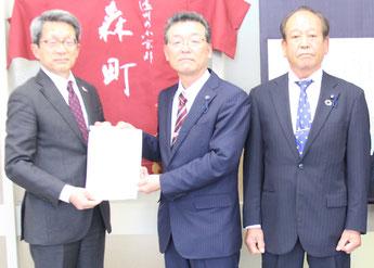 左から太田町長、中根委員長、鈴木副委員長