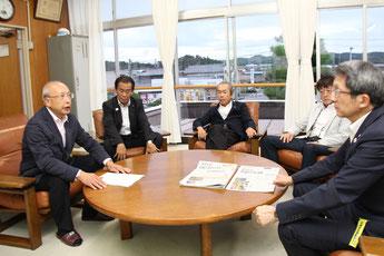 太田町長(右)に趣旨を説明する𠮷筋第一常任委員長(左)
