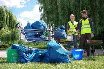 Acht Müllsäcke und drei Eimer voller Müll sowie ein Grill und zwei Einkaufswagen wurden eingesammelt. Foto: Magdalene Jesche/BUND Leipzig