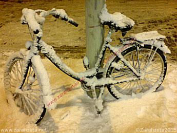 Zarahzetas Denkanstöße mit Fahrrad im Schnee