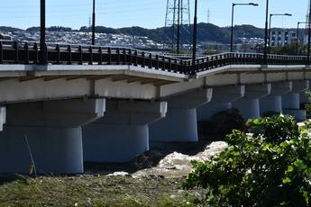 写真2 10月13日13:22 日野橋の洗堀による橋脚の沈下(大里重人氏撮影)