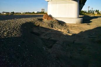 写真3 11月17日 水が引いた後の日野橋橋脚周りの浸食状況(大里重人氏撮影)