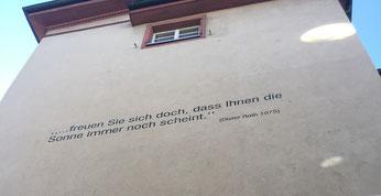 """Spruch von Dieter Roth 1975 """"... freuen Sie sich doch, dass Ihnen die Sonne immer noch scheint."""" am Eingang des Andreasplatzes in Basel"""