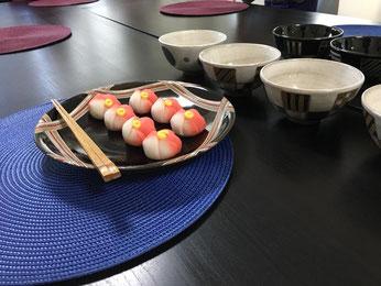 体験レッスンでは、お茶の頂き方、点て方だけでなく、お菓子の取り方、頂き方も学んでいただけます。