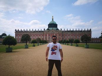 Frente a uno de los palacios de Potsdam.