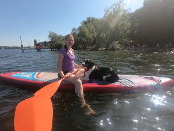 """Llevando a Loki a pasear por el lago Weissensee en una tabla de """"stand up paddle""""."""