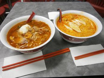 マレーチャイニーズのエビを麺に練りこんだハーミ―ヌードルとスキンレスチキンラクサ。箸の長さが中国っぽいです。