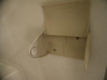 左側が割れてボンドで接着されてた紙巻器。ここは見落とした!