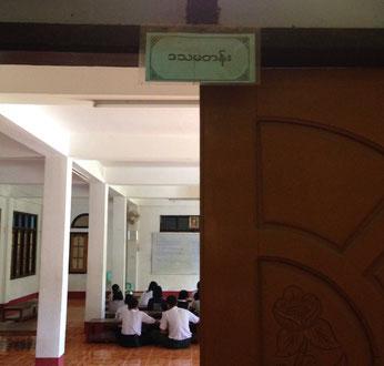 (写真上:特別進学クラスで勉強する子どもたち)