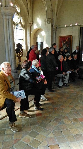 Après la visite de la cathédrale et la balade dans le jardin, quelques héros sont fatigués mais ils écoutent sagement les explications du guide dans le musée Bossuet