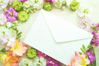 テーブルに置かれたハート形のオブジェ。周りを囲むマーガレットなどの花。