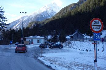 drei Länder an einem Tag. Die Zollstation Martina markiert die Grenze zur Schweiz. Italien wartet hinter dem Reschenpass