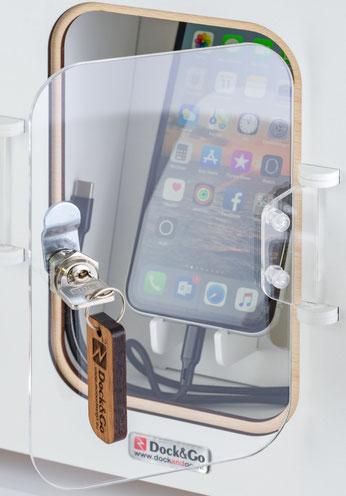 Dock&Go Style Handy Ladestation lädt Smartphone auf.