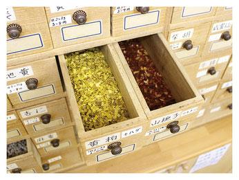 新潟市の漢方薬専門店「西山薬局」の生薬箪笥