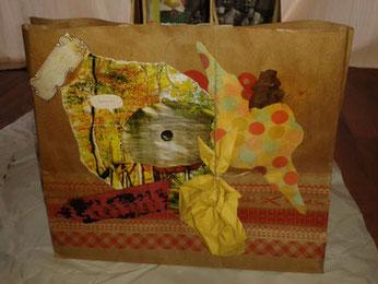 Selbstgemachtes Geschenktüte Papiertüte Collage Art Journaling Mixed Media kreativ sein