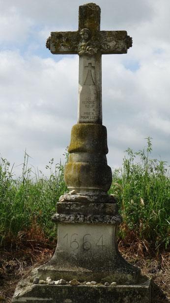 Croix à côté du cimetière de Augy sur Aubois