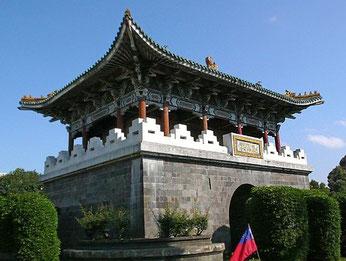 城壁の中の麗正門(台北)、戦前とは大分変わっている