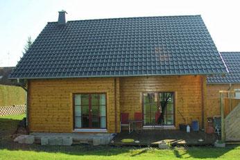 Wohnhaus mit 135mm breiten formstabilen Lamellenbalken und 145mm Dämmebene