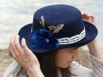 Feutre bleu avec dentelle et plumes