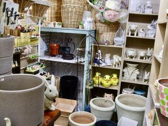 練馬桜台ガーデニングショップかのはの 鉢カバーのバスケット、ウサギやブタ・ハリネズミなどの可愛くユニークなアニマル鉢、ガーデンフェンスなど植物をより引き立てるガーデニング雑貨も豊富です