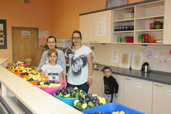 """Kostenloses Obst für alle. """"Schulobst.Niedersachsen.de"""" macht es möglich. Fleißige Hände (auf dem Foto z. B. Fr. Brese und Fr. Funck) bereiten die Schalen für die Klassen vor."""
