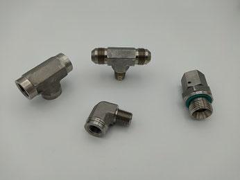 Adapter aus 1.4571 Edelstahl: Gerade Adapter, 90° Winkeladapter, T-Adapter, L-Adapter, Kreuzadapter, Verschlussschrauben und -stopfen sowie Einzelteile.