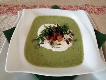 Bärlauch-Kartoffel-Suppe mit knusprigen Speck-Schwarzbrotcroutons
